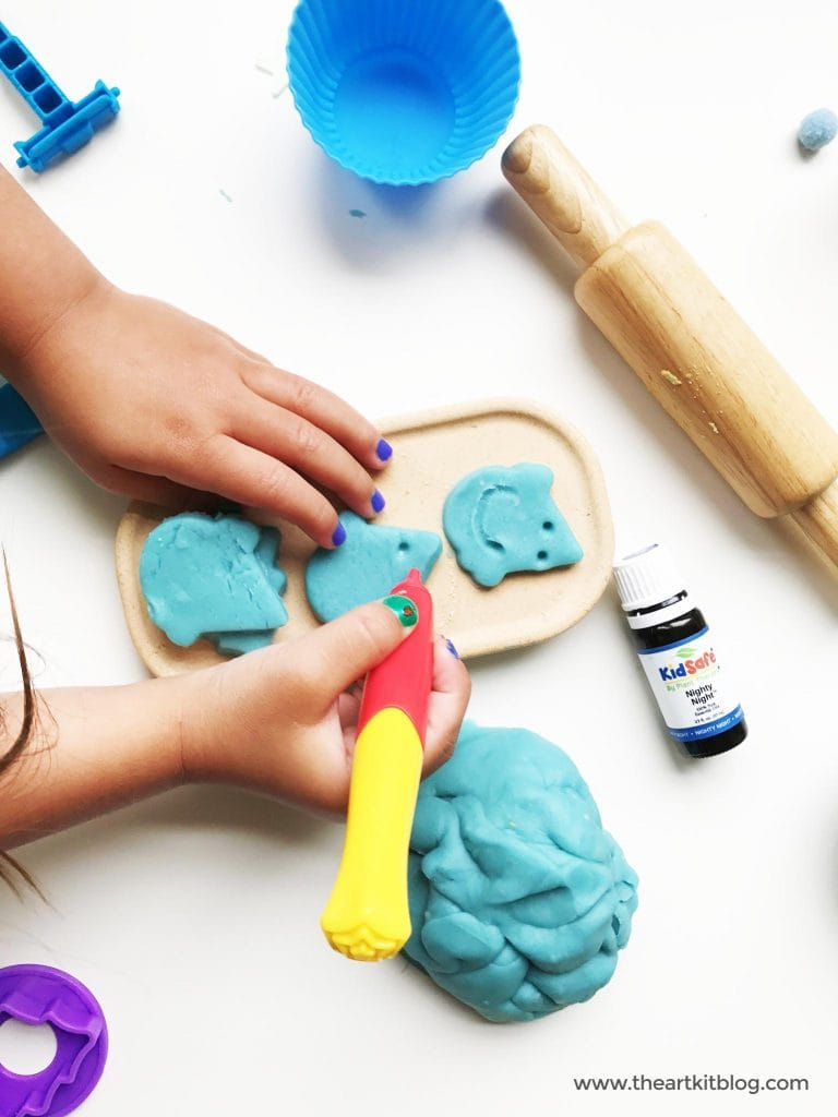 How to make playdough with essential oils - nighty night essential oil from plant therapy - playdough recipe from the art kit via @theartkit