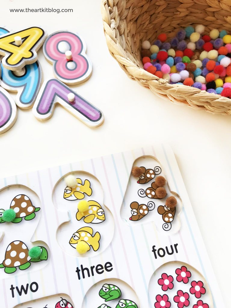 Pom pom counting activity for toddlers from @theartkit www.theartkitblog.com
